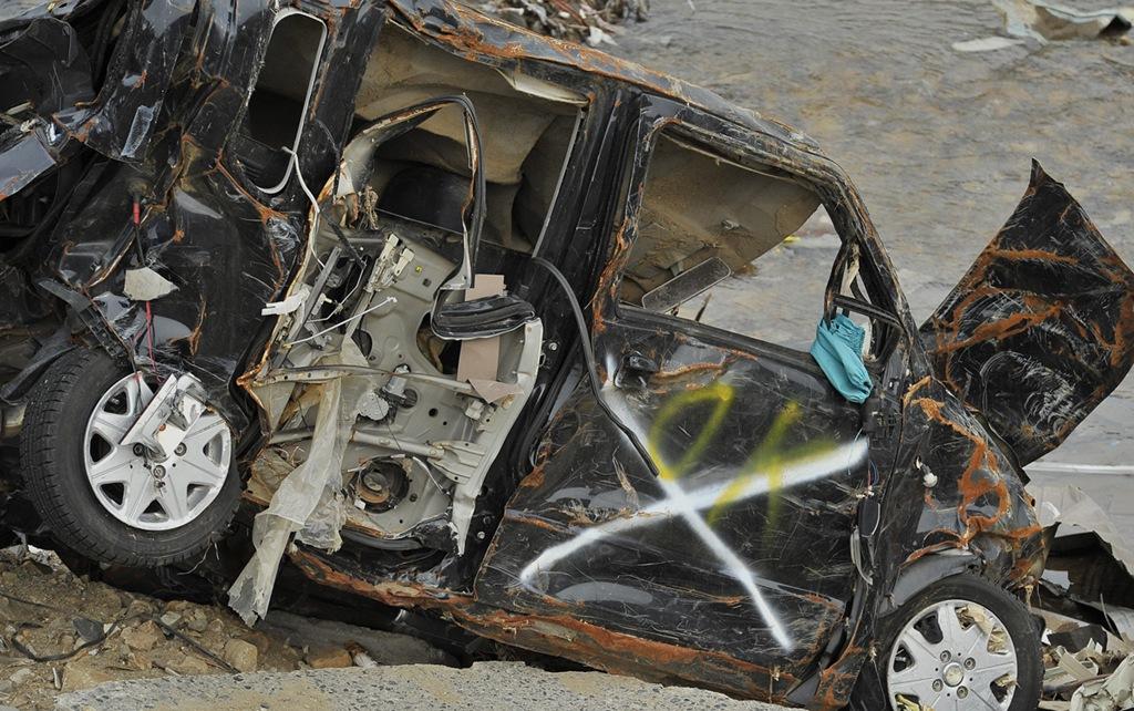 taro207 – 田老 田老町にあった車。Xマークは遺体発見を意味する。 青森県。こんなところ